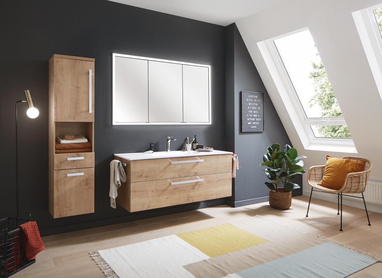 Waschbecken und Möbel
